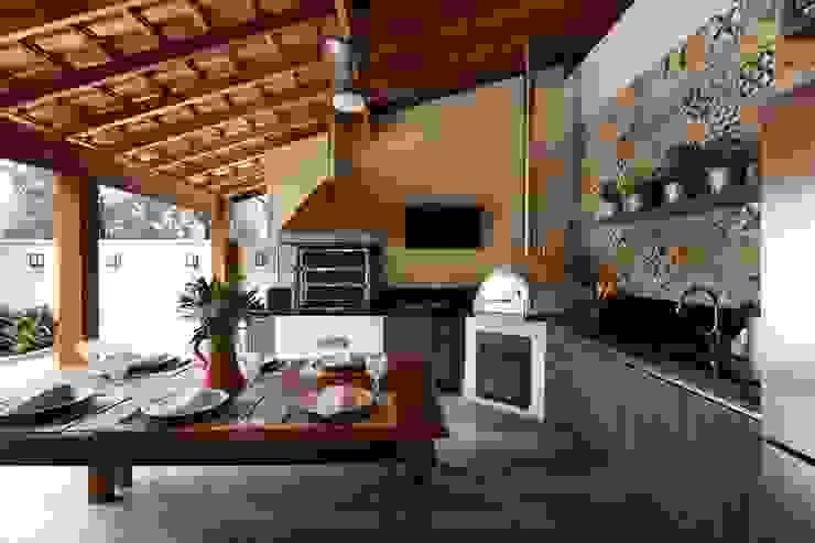Danielle Tassi Arquitetura e Interiores Balcone, Veranda & Terrazza in stile rustico