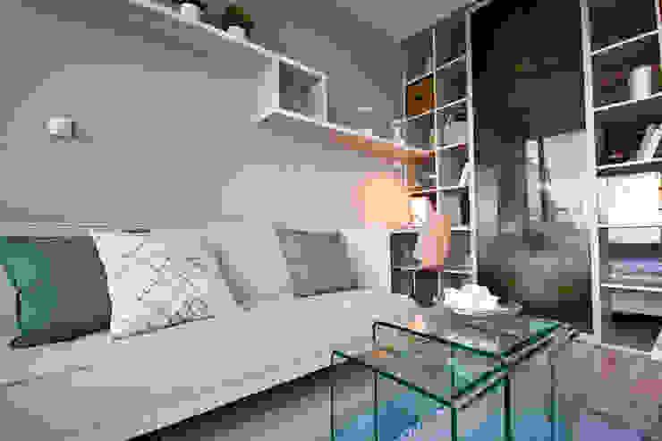 Phòng khách phong cách tối giản bởi IDAFO projektowanie wnętrz i wykończenie Tối giản