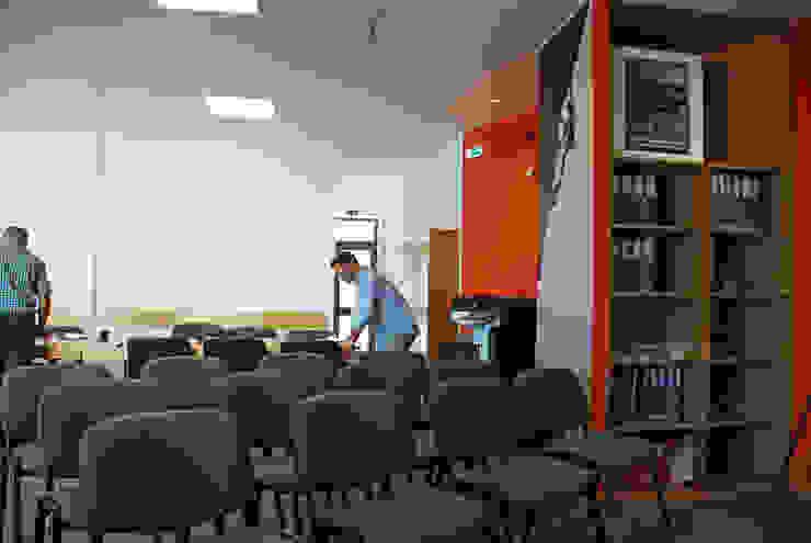 Sala de formação Escritórios modernos por JOÃO SANTIAGO - SERVIÇOS DE ARQUITECTURA Moderno