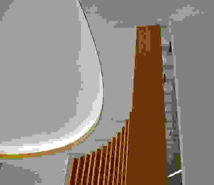 Timber Slats Salas de estar modernas por JOÃO SANTIAGO - SERVIÇOS DE ARQUITECTURA Moderno Madeira Acabamento em madeira