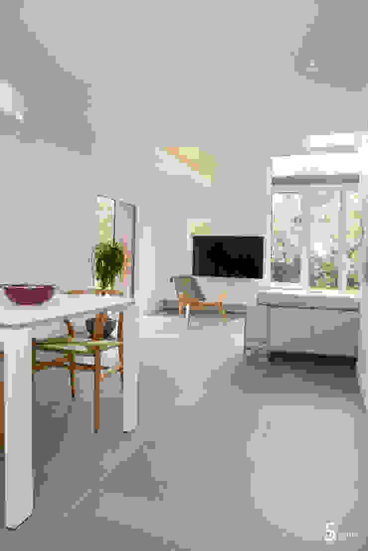 Столовая комната в стиле минимализм от Emilie Bigorne, architecte d'intérieur CFAI Минимализм