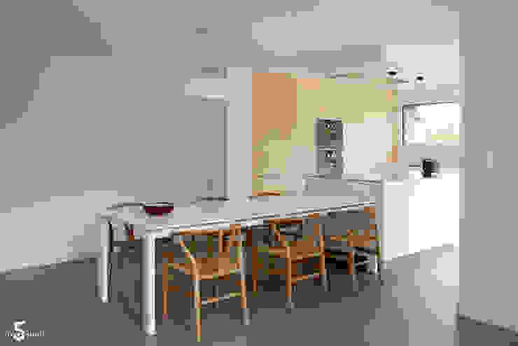 une cuisine fonctionnelle et épurée Cuisine minimaliste par Emilie Bigorne, architecte d'intérieur CFAI Minimaliste