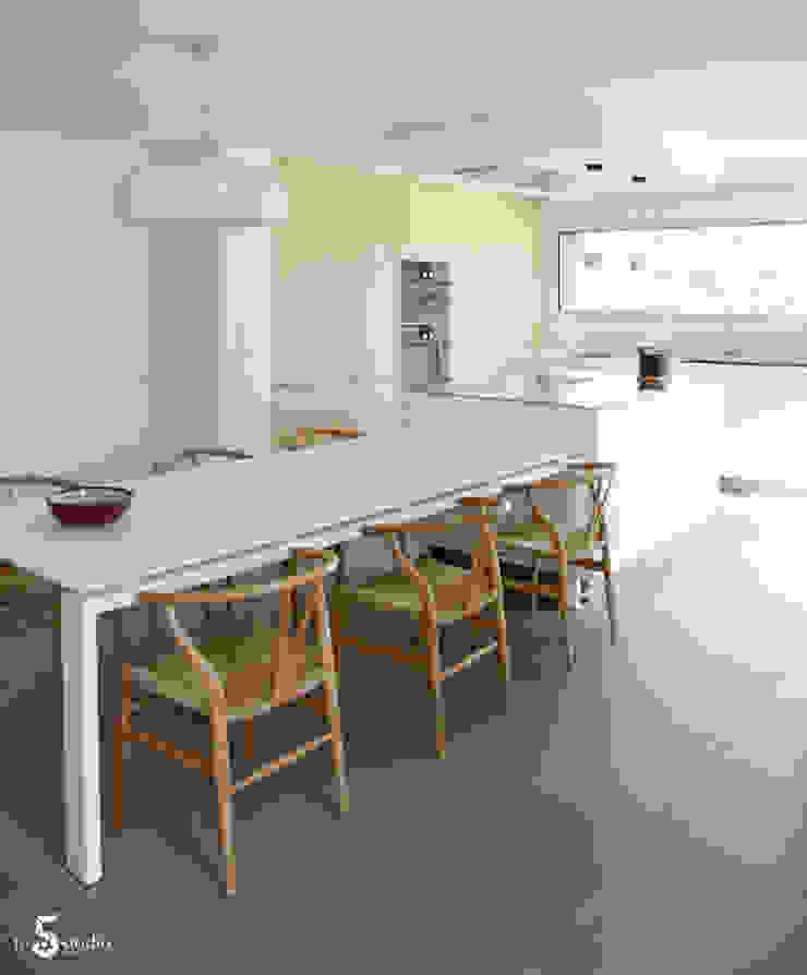 Кухня в стиле минимализм от Emilie Bigorne, architecte d'intérieur CFAI Минимализм