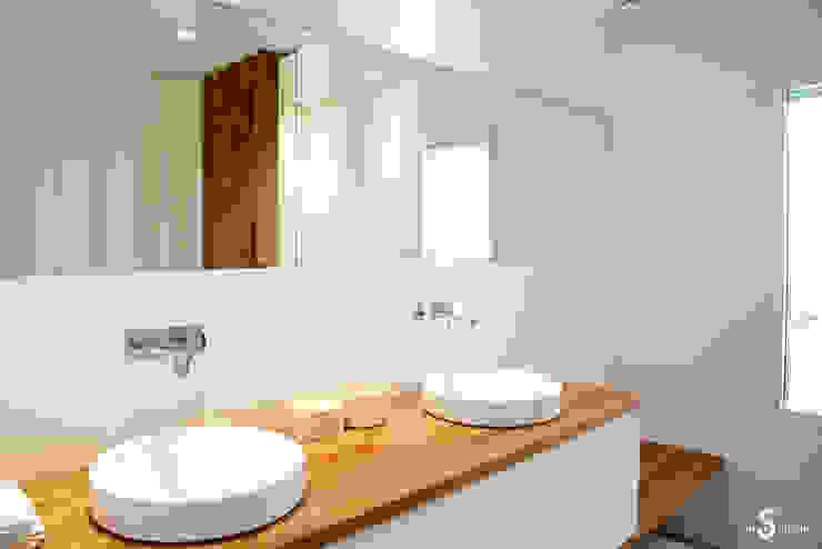 une salle de bain sur mesure Salle de bain minimaliste par Emilie Bigorne, architecte d'intérieur CFAI Minimaliste