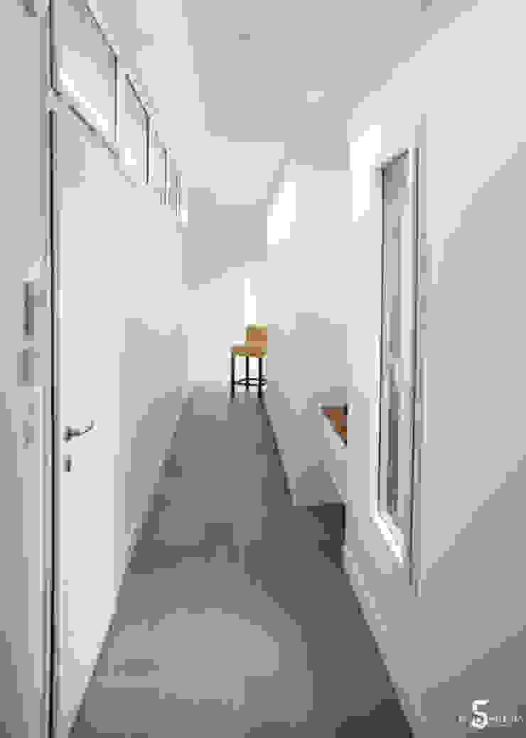 Коридор, прихожая и лестница в стиле минимализм от Emilie Bigorne, architecte d'intérieur CFAI Минимализм