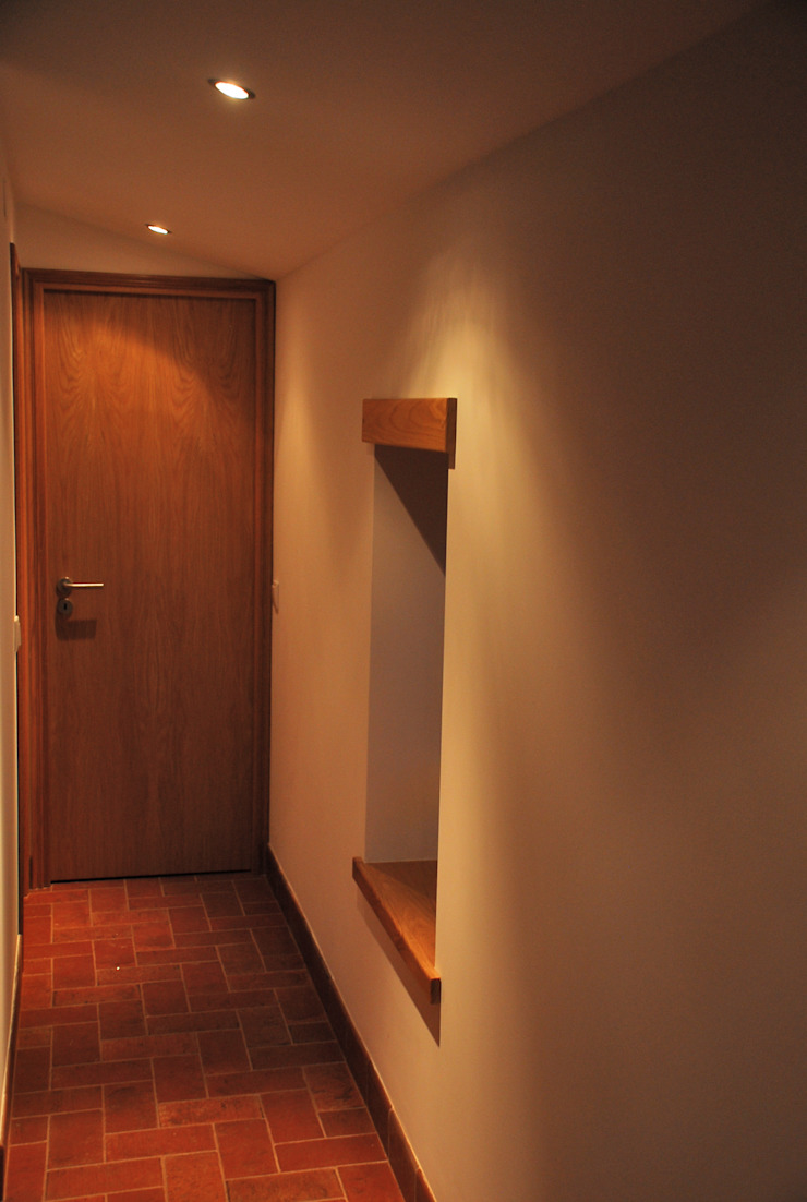 JOÃO SANTIAGO - SERVIÇOS DE ARQUITECTURA Couloir, entrée, escaliers rustiques Blanc