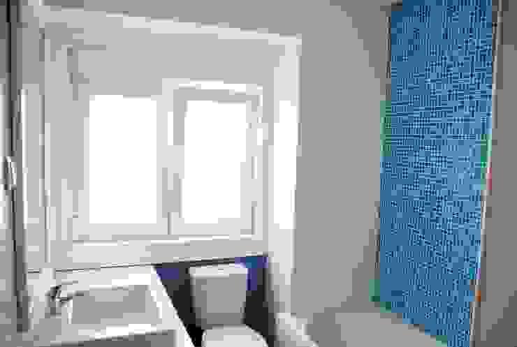JOÃO SANTIAGO - SERVIÇOS DE ARQUITECTURA Modern Bathroom Tiles Blue