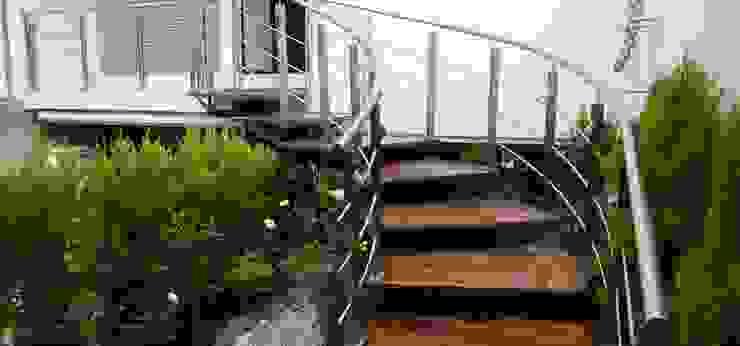 Couloir, entrée, escaliers modernes par Valeriano Villegas Moderne