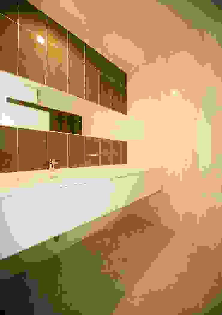 Casas de banho modernas por ナイトウタカシ建築設計事務所 Moderno