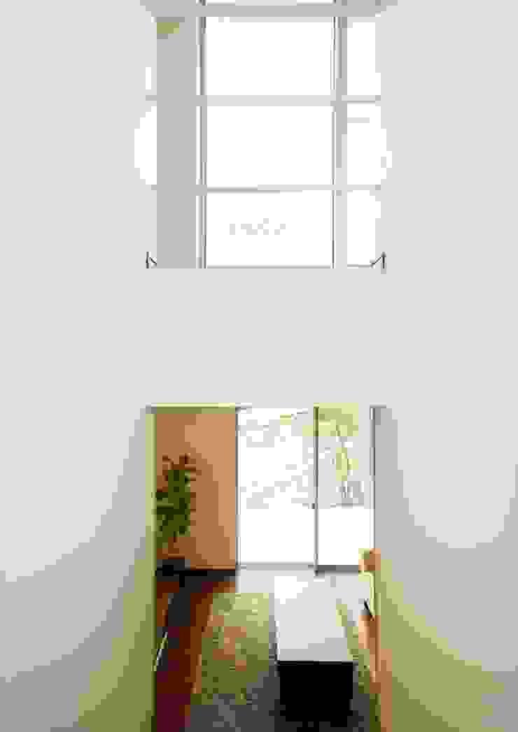 Corredores, halls e escadas modernos por ナイトウタカシ建築設計事務所 Moderno