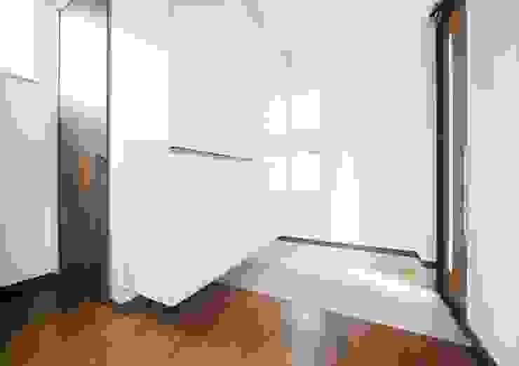 Pasillos, vestíbulos y escaleras de estilo moderno de ナイトウタカシ建築設計事務所 Moderno