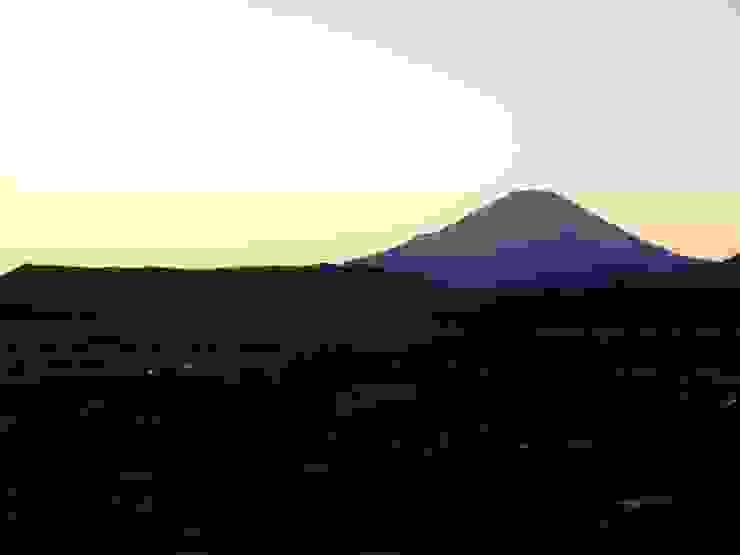 窓から見える夕暮れの富士山 カントリーなホテル の おおつ住宅工房一級建築士事務所 カントリー 木 木目調