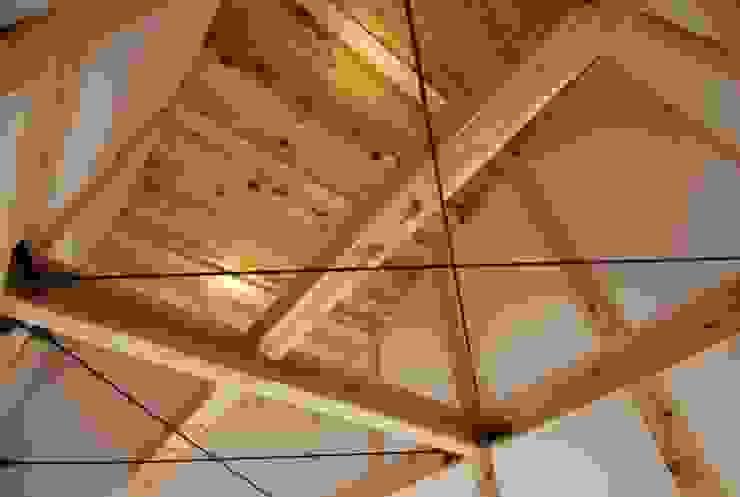 2階吹き抜け カントリーなホテル の おおつ住宅工房一級建築士事務所 カントリー 木 木目調