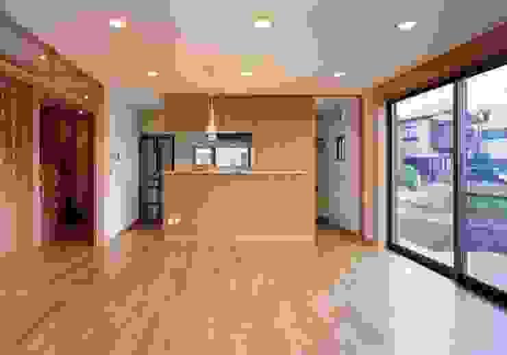 Гостиная в стиле модерн от 池野健建築設計室 Модерн Дерево Эффект древесины