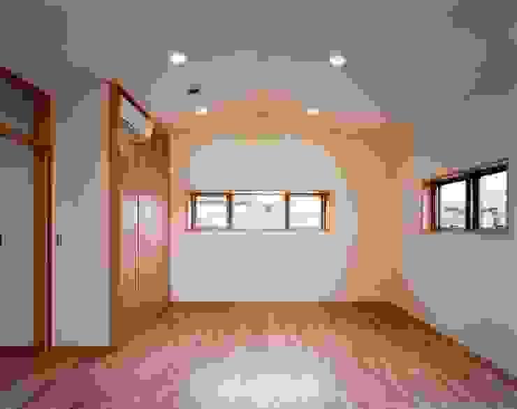 Детская комната в стиле модерн от 池野健建築設計室 Модерн Дерево Эффект древесины