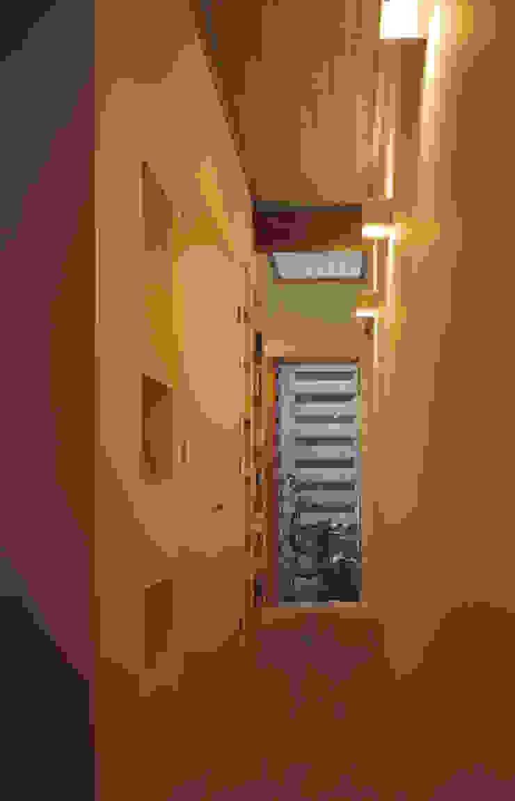 1階廊下 モダンスタイルの 玄関&廊下&階段 の atelier m モダン