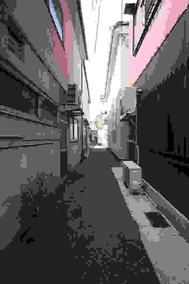 この住宅の前の道 モダンな 家 の atelier m モダン