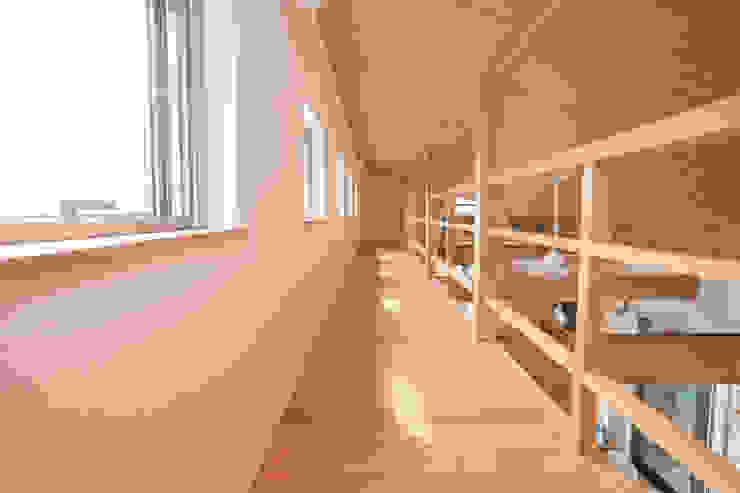 Salas multimedia de estilo moderno de 株式会社 atelier waon Moderno
