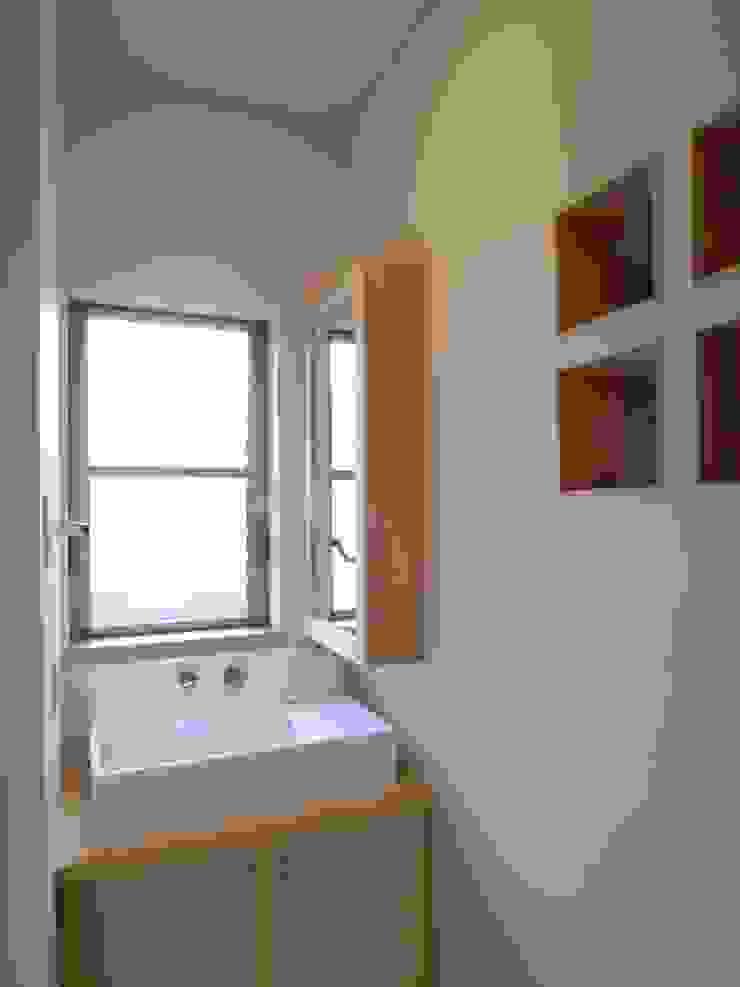 鷹匠町の家 モダンスタイルの お風呂 の 株式会社 atelier waon モダン