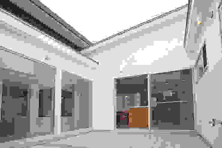 tai_tai STUDIO Balcones y terrazas modernos