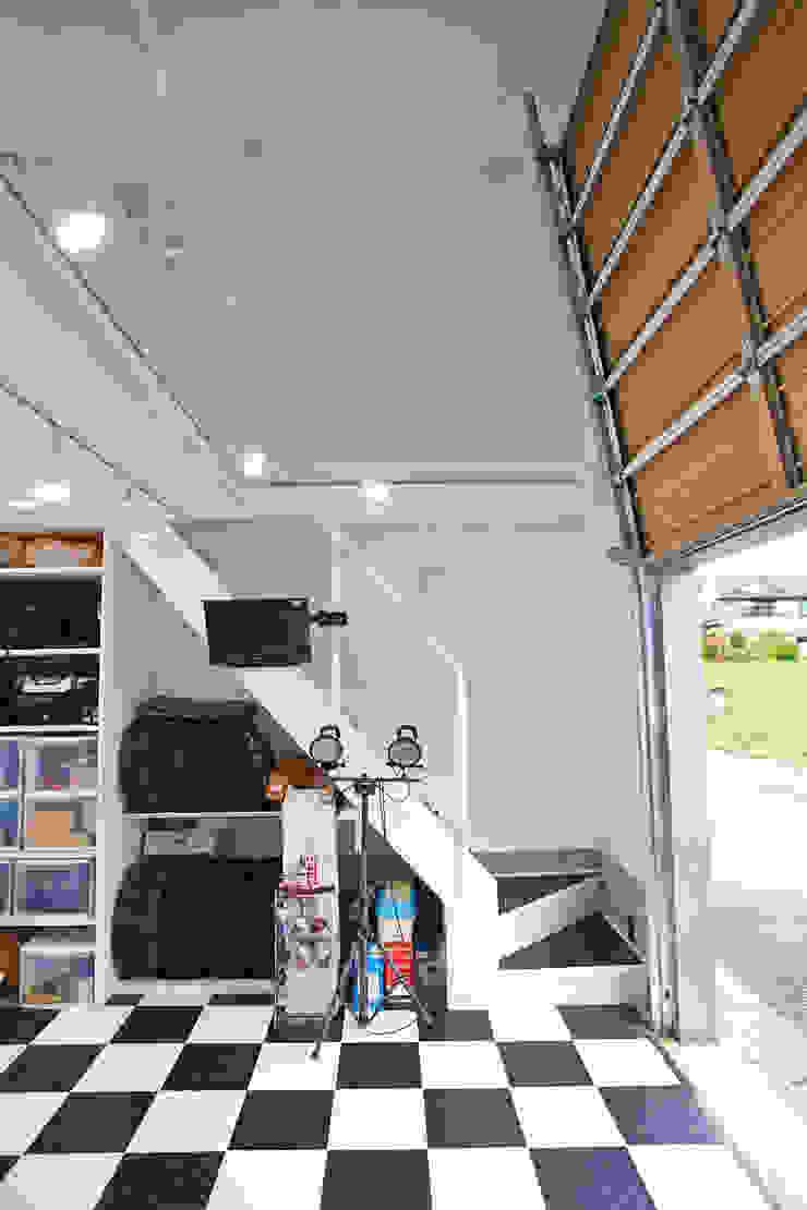 tai_tai STUDIO Nowoczesny garaż