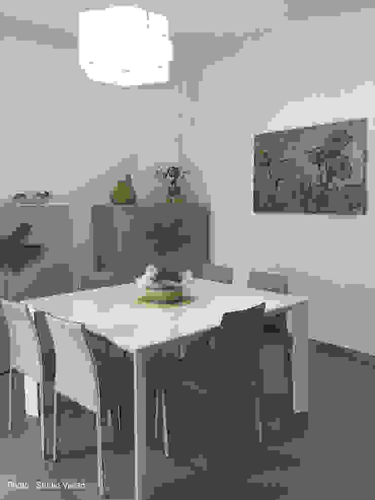 Casa P Sala da pranzo moderna di Studio Vivian Moderno