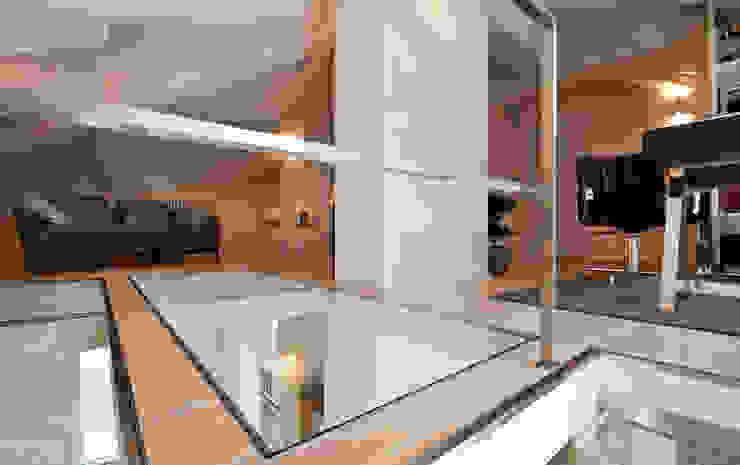 Pasillos, vestíbulos y escaleras eclécticos de bilune studio Ecléctico