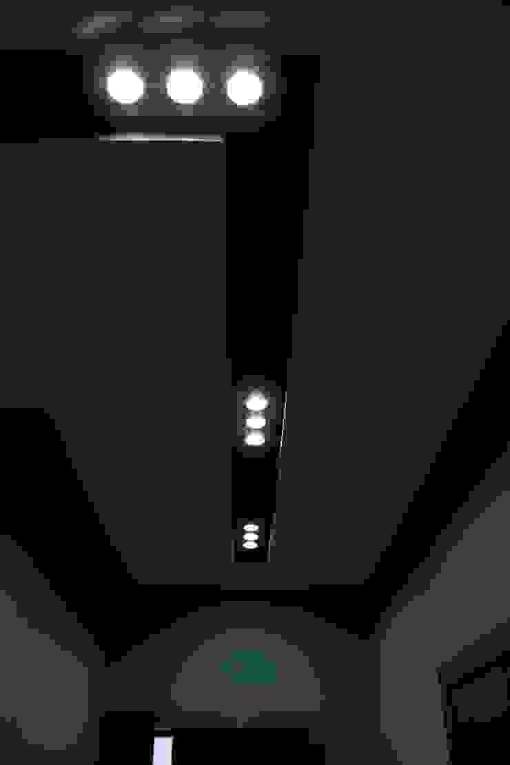 """Процесс ремонта квартиры в ЖК """"Янтарный"""" Коридор, прихожая и лестница в модерн стиле от Студия интерьерного дизайна happy.design Модерн"""