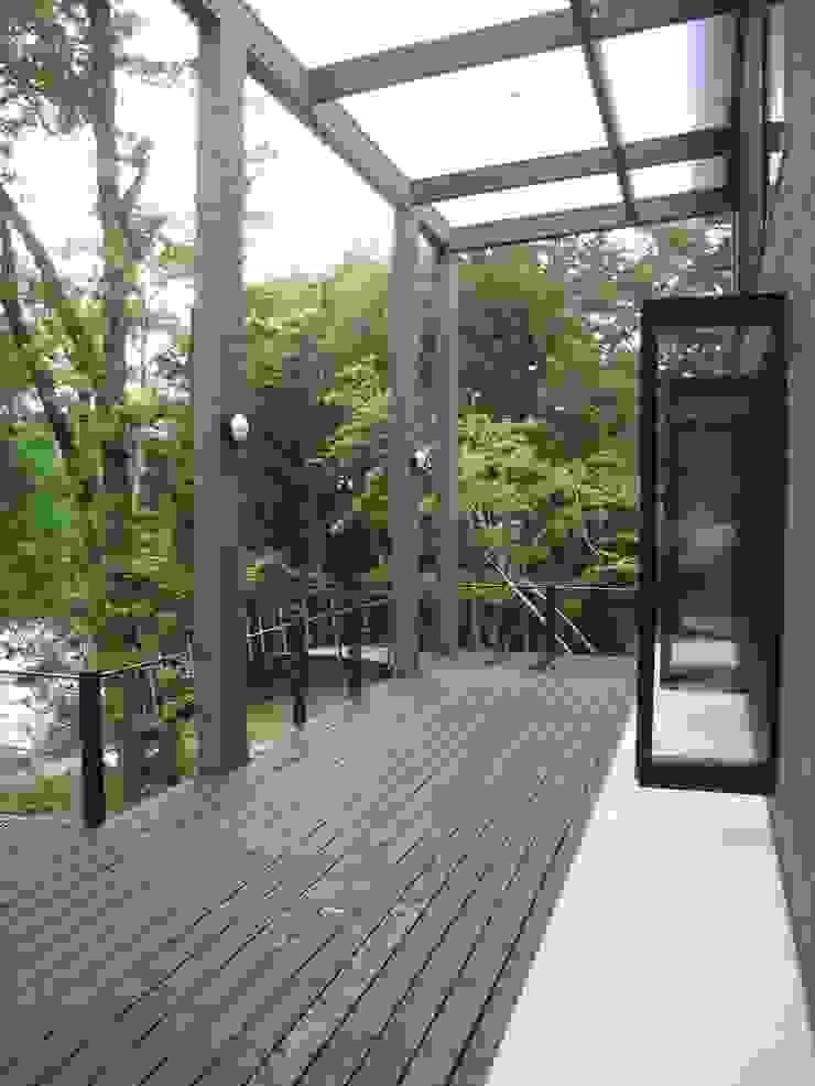 Nowoczesny balkon, taras i weranda od (有)創設計 Nowoczesny Drewno O efekcie drewna