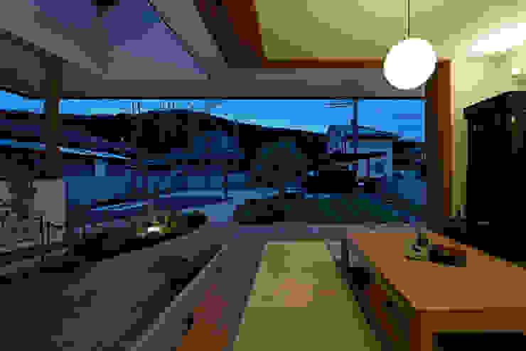 岩宿の家 モダンデザインの リビング の arc-d モダン