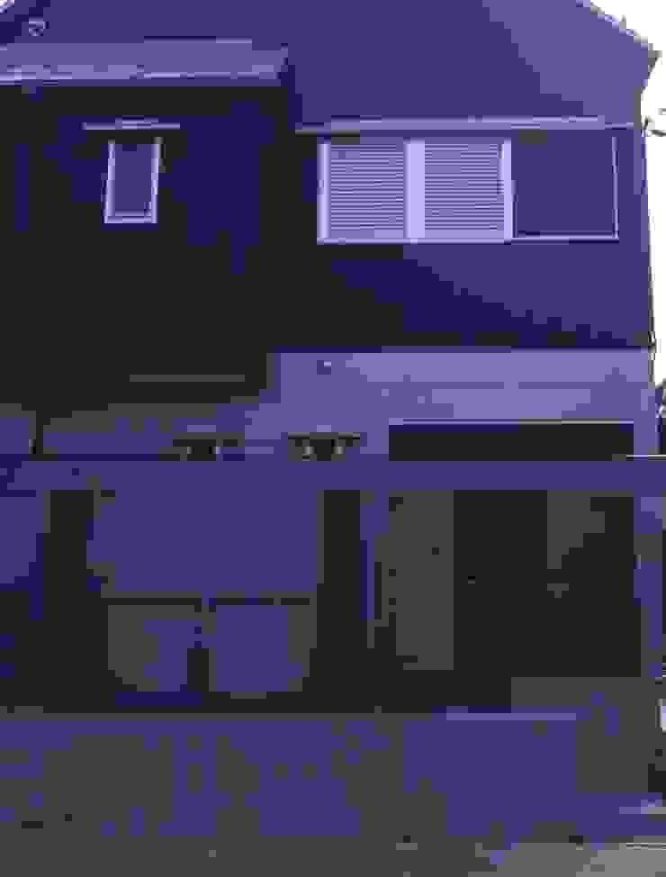 道路側玄関付近。 モダンスタイルの 玄関&廊下&階段 の 酒井光憲・環境建築設計工房 モダン 木 木目調