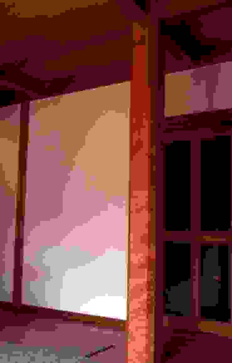 居間大黒柱。 モダンデザインの リビング の 酒井光憲・環境建築設計工房 モダン 木 木目調