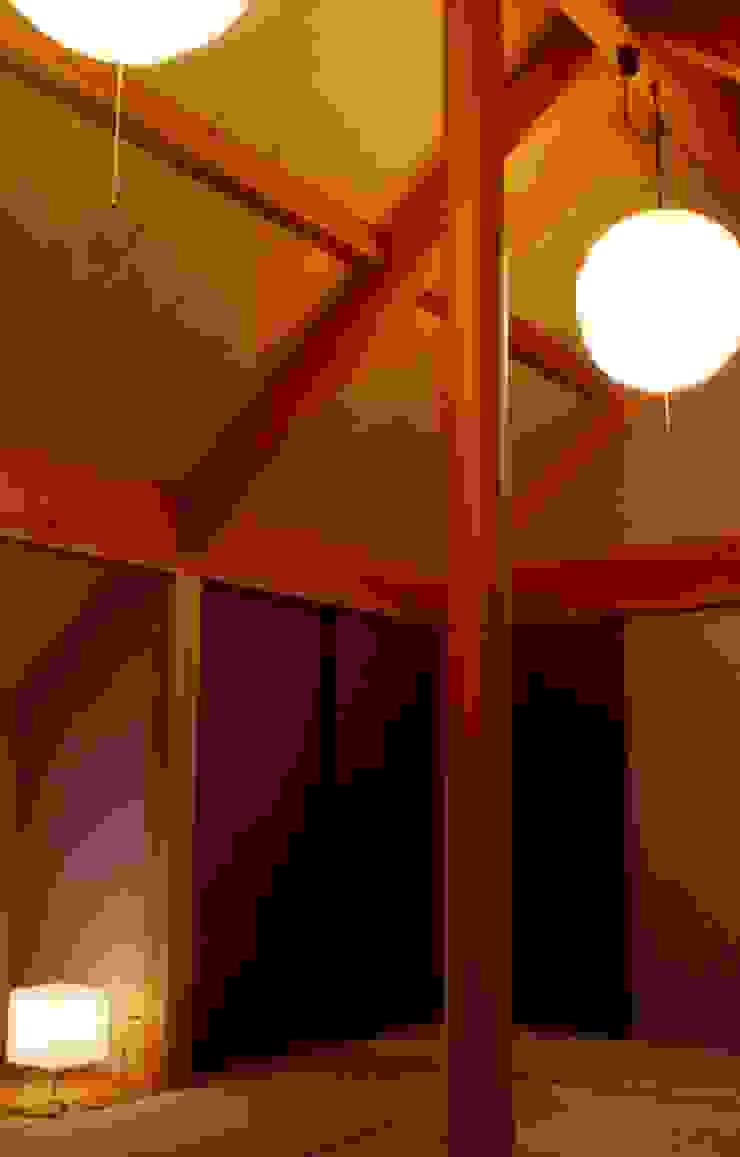 和室。 オリジナルデザインの 多目的室 の 酒井光憲・環境建築設計工房 オリジナル 木 木目調