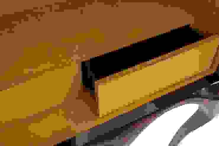 NAPERON por Alma de Luce Moderno Madeira Acabamento em madeira