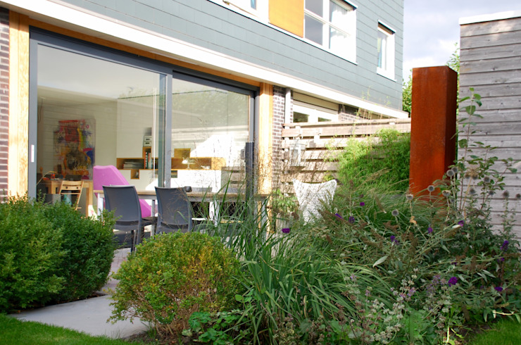 tuin bij 2-onder-1 kap Moderne tuinen van Buro Floris Modern