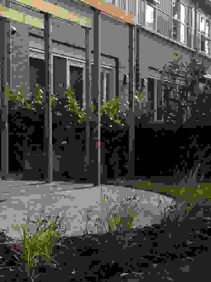 Jardines de estilo escandinavo de Buro Floris Escandinavo