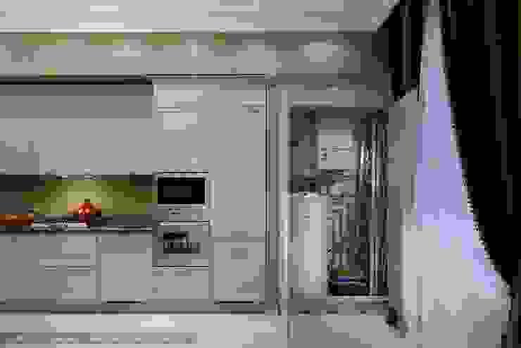 Трехкомнатная квартира в центре Петербурга в традиционном стиле Кухня в классическом стиле от Ольга Кулекина - New Interior Классический