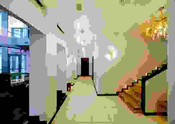 Индивидуальный жилой дом в Самаре Коридор, прихожая и лестница в модерн стиле от Архитектурное бюро А-Лен Модерн
