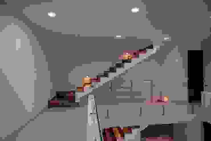 Vista de Escaleras Pasillos, vestíbulos y escaleras minimalistas de JF ARQUITECTOS Minimalista