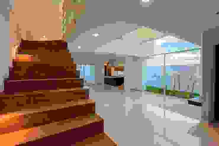 Espacios Pasillos, vestíbulos y escaleras minimalistas de JF ARQUITECTOS Minimalista