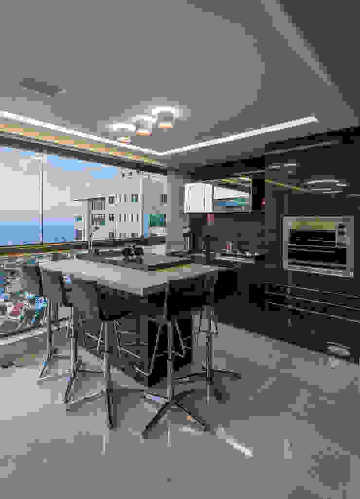 Modern balcony, veranda & terrace by Interiores Iara Santos Modern