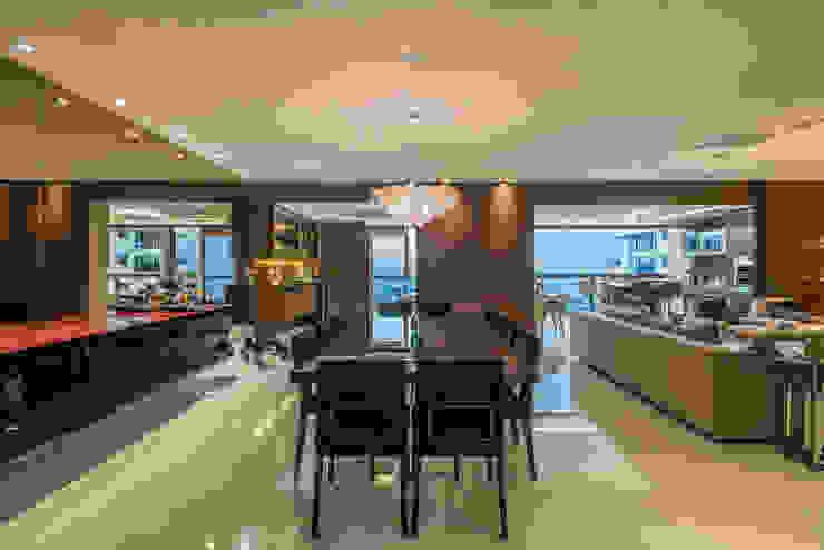 Modern dining room by Interiores Iara Santos Modern