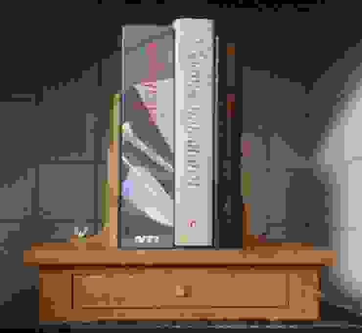 verstelbare boekensteun met drie boeken van Atelier de Wig Klassiek