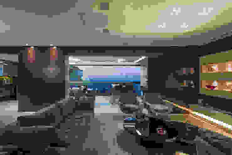 现代客厅設計點子、靈感 & 圖片 根據 Interiores Iara Santos 現代風