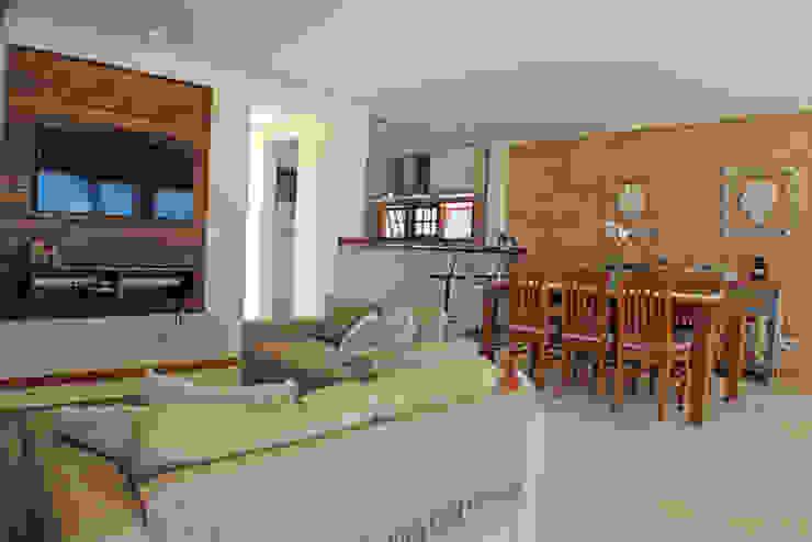 Projekty,  Salon zaprojektowane przez RAC ARQUITETURA, Rustykalny Cegły