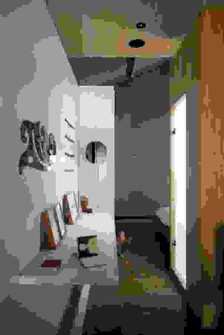 Corredor com obras de arte Corredores, halls e escadas escandinavos por Patricia Martinez Arquitetura Escandinavo