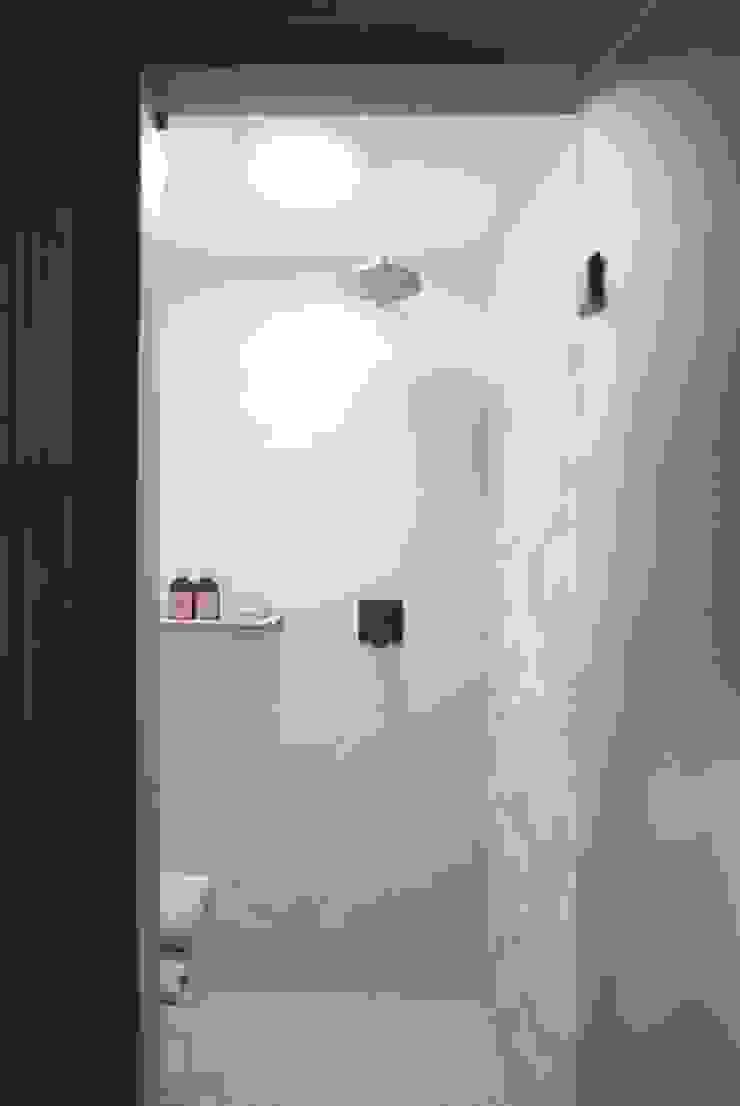 Banheiro com sistema de iluminação natural Banheiros escandinavos por Patricia Martinez Arquitetura Escandinavo