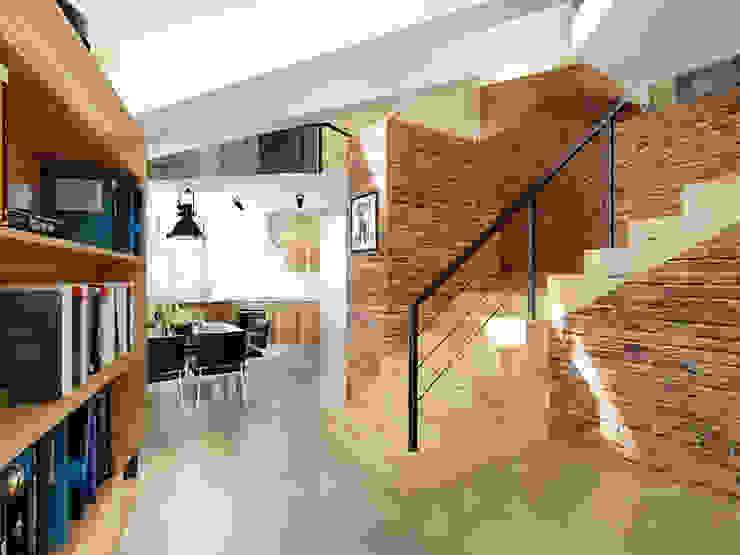 Ломанная квартира в стиле лофт Коридор, прихожая и лестница в стиле лофт от Дизайн студия Александра Скирды ВЕРСАЛЬПРОЕКТ Лофт Кирпичи