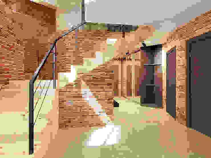 Ломанная квартира в стиле лофт Коридор, прихожая и лестница в стиле лофт от Дизайн студия Александра Скирды ВЕРСАЛЬПРОЕКТ Лофт