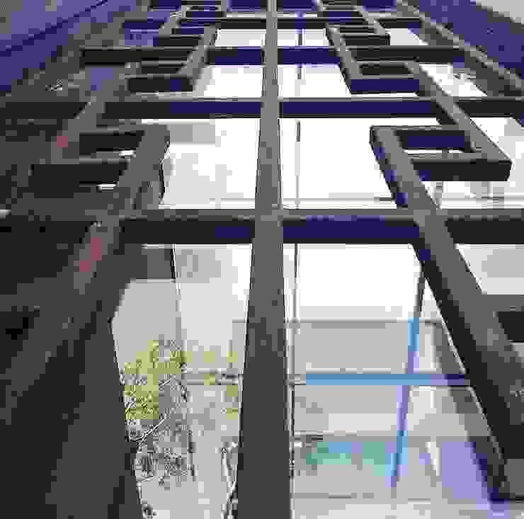 Facade details JCandel Casas estilo moderno: ideas, arquitectura e imágenes Metal